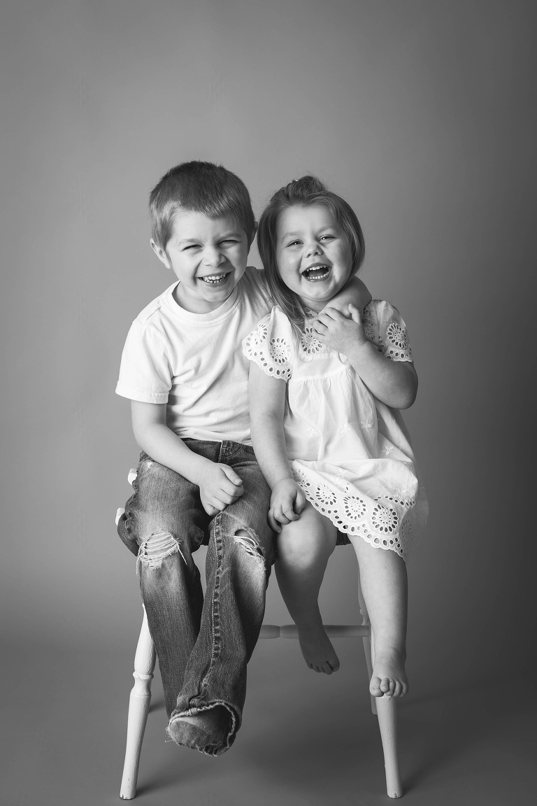 rochester ny photographer captures laughing siblings